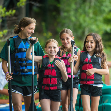 girls-paddling